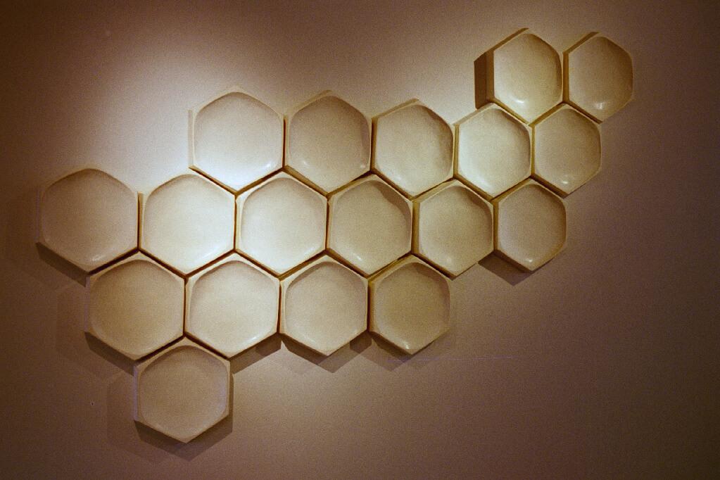 Hexagoner i Stengods - Utställningen Byggstenar på Kaleido Konsthantverk